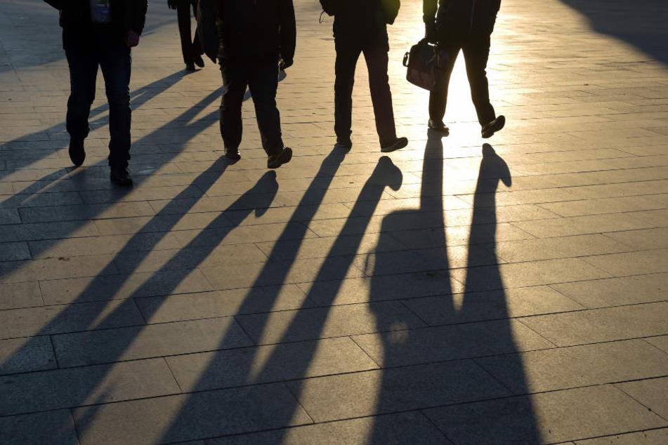 Im Sonnenschein gehen Fußgänger durch die City-West in Berlin.