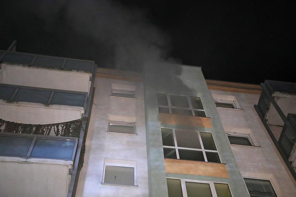 Als die Kameraden der Berufsfeuerwehr eintrafen, drang Rauch aus den Fenstern des Mehrfamilienhauses.