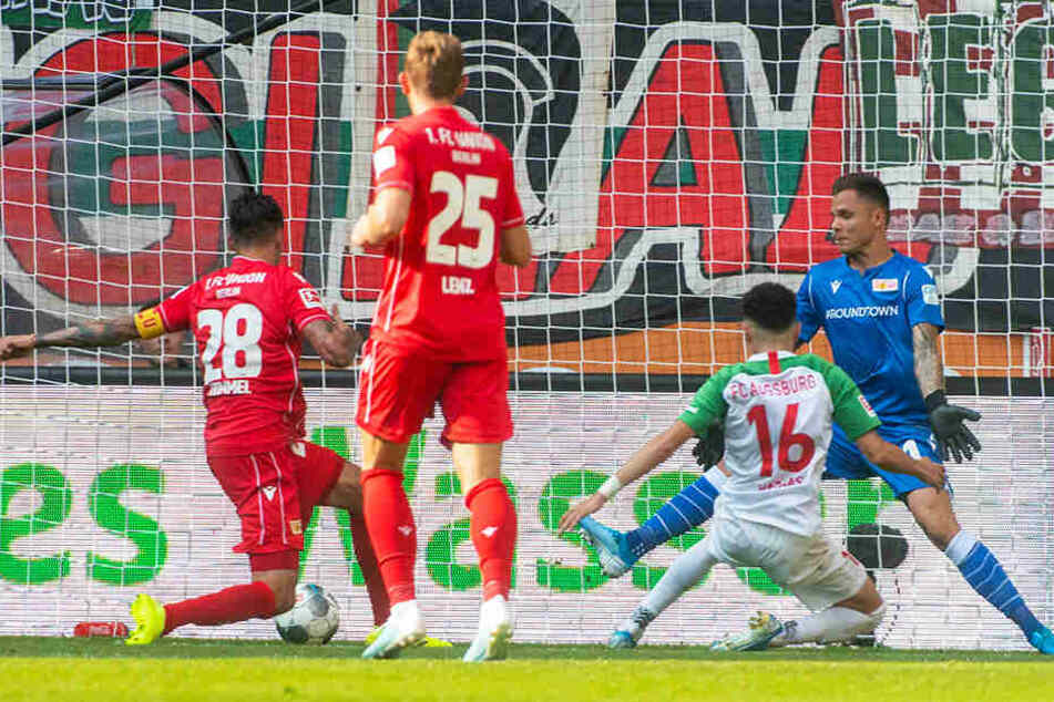 Unions Kapitän Christopher Trimmel (l.) und Keeper Rafal Gikiewicz (r.) können das 0:1 durch Ruben Vargas (Zweiter von rechts) nicht verhindern.