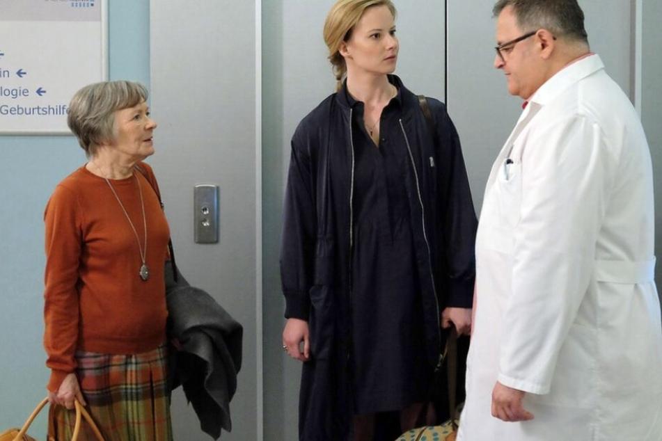 """Hans-Peter Brenner bekommt es in der neuen Folge """"In aller Freundschaft"""" nicht nur mit seiner Mutter Luise, sondern auch mit Manja Arnold zu tun."""