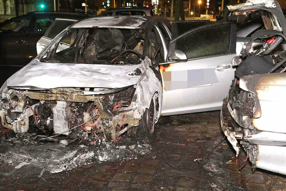 Zwei brennende Autos und das mitten in der Nacht in Dresden.