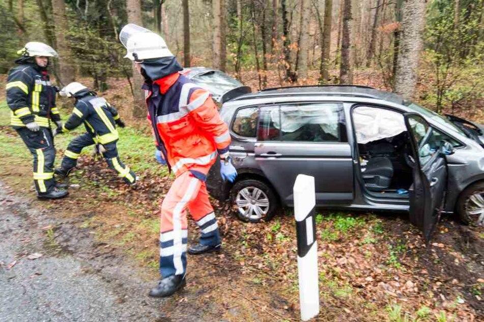 Autofahrer bricht hinterm Steuer zusammen und kracht gegen Baum