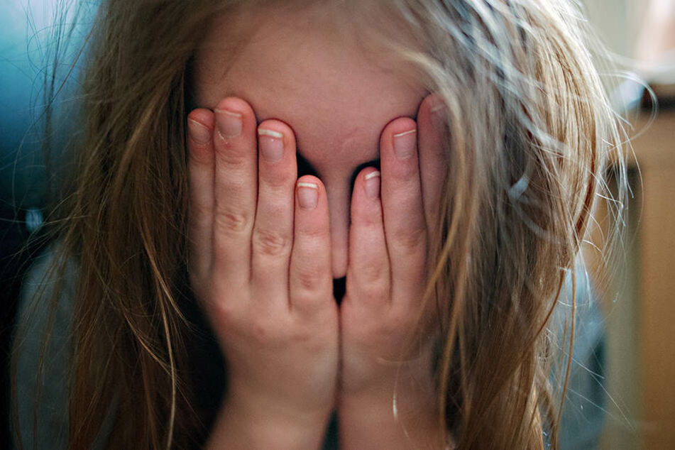 Mitten in der Nacht wurden die Dreijährigen viel zu leicht bekleidet und weinend durch die Straßen gezogen. Von den Müttern fehlte vorerst jede Spur. (Symbolbild)
