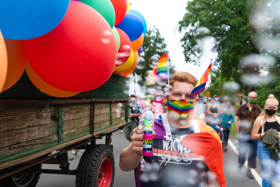 Ein Teilnehmer versprüht Seifenblasen bei der Parade zum Christopher Street Day (CSD) im Wendland.