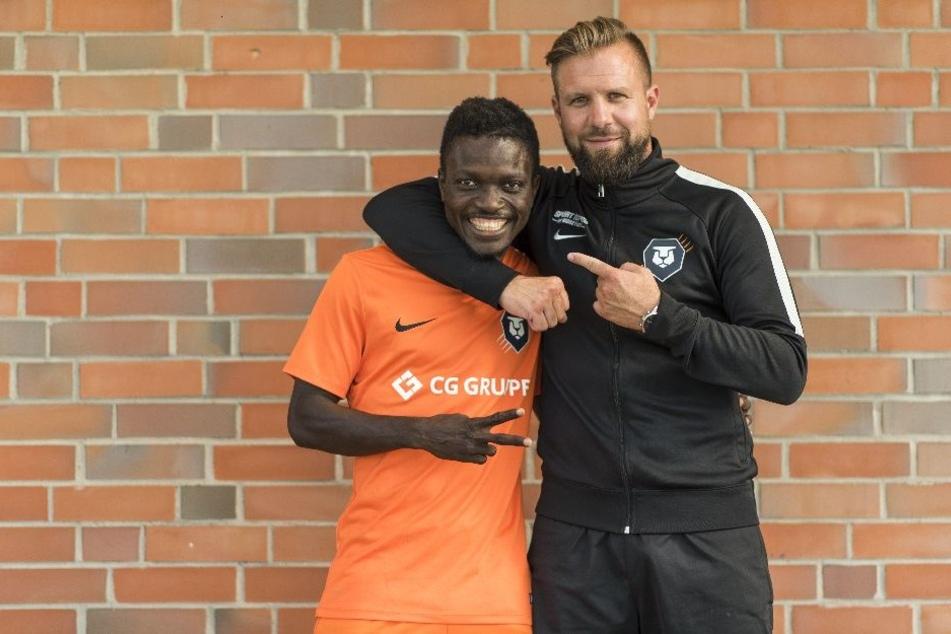 Mohamed Camara (l.) konnte FC-Inter-Trainer Heiner Backhaus (r.) von seinen Fähigkeiten überzeugen.