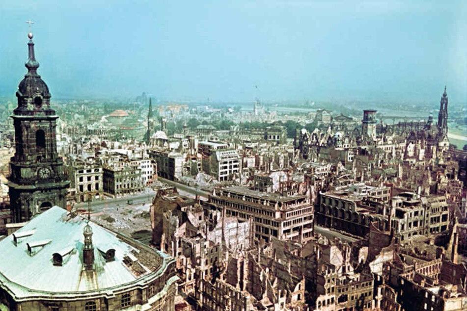 Blick vom Dresdner Rathausturm über das zerbombte Dresden, nach 1945 aufgenommen.
