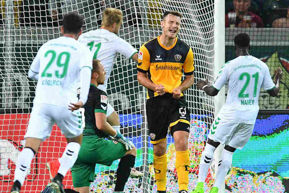 Florian Ballas (2.v.r.) ärgert sich nach dem späten Ausgleich der Fürther