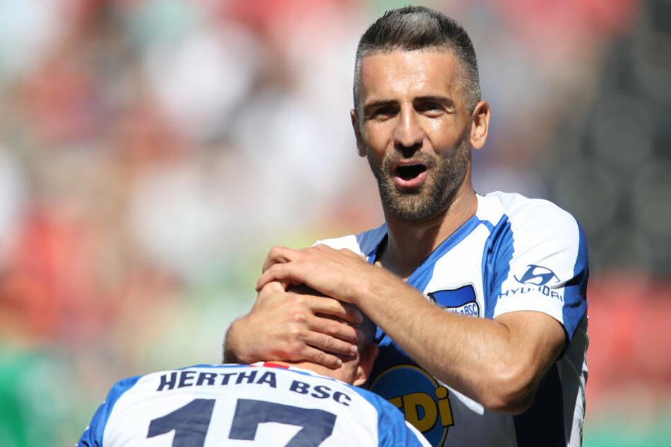 Maximilian Mittelstädt jubelt mit Vedad Ibisevic nach seinem Treffer zum 2:0.