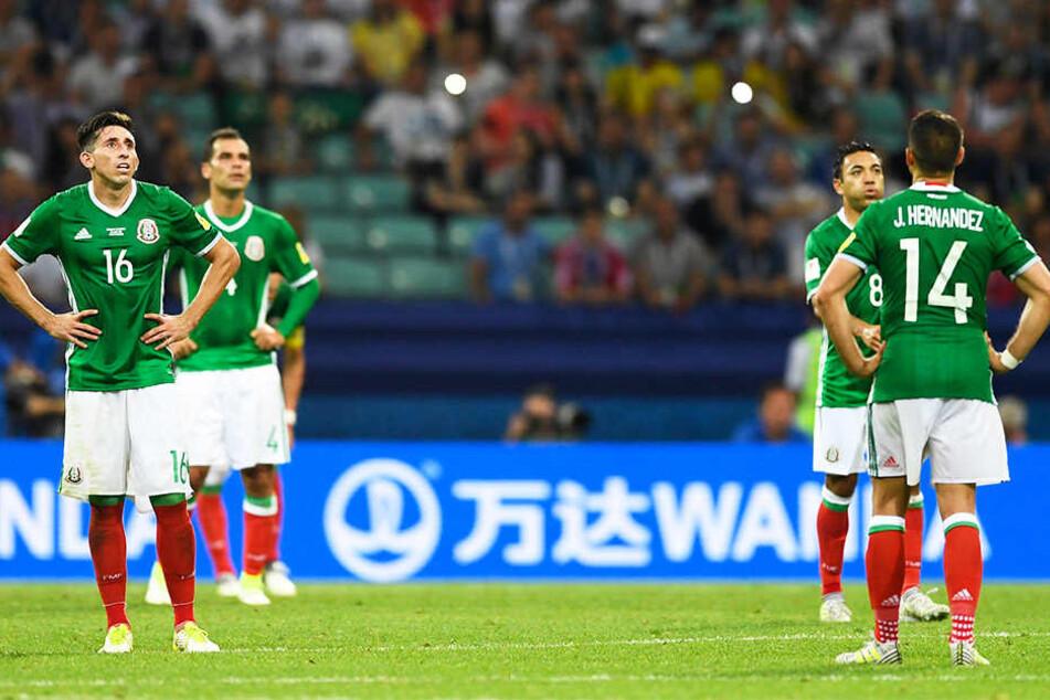 Die mexikanischen Nationalspieler Héctor Herrera (l.), Rafael Márquez (hinten-links), Marco Fabián (hinten-rechts) und Chicharito (vorne-rechts) haben viel Ärger am Hals.