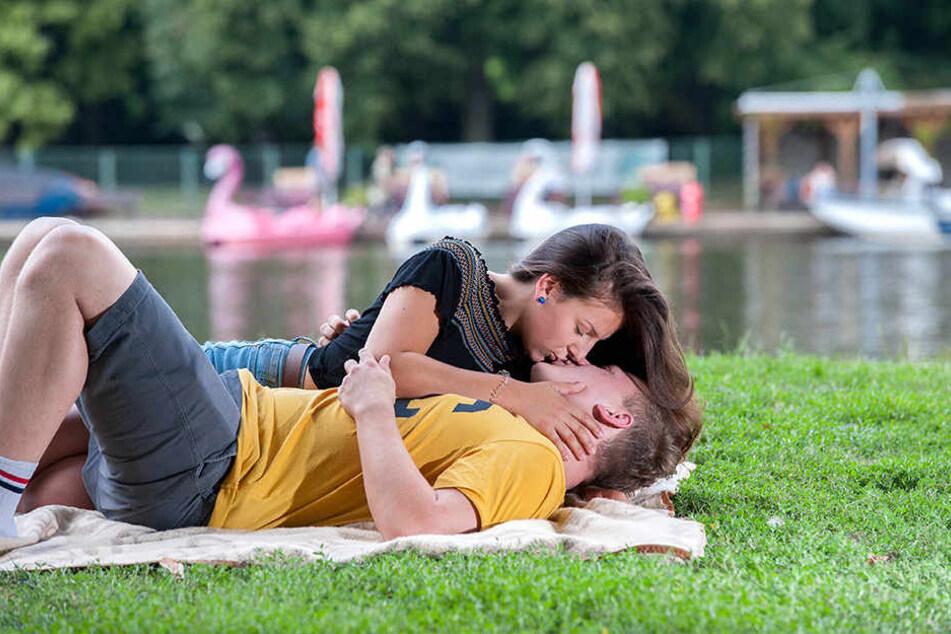Martin Franke (24) und Kathleen Hinz (19) sind gute Freunde und albern am Schlossteichpark herum.