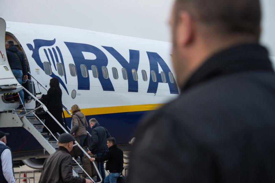 Ryanair kämpft mit sinkenden Einnahmen und höheren Kosten.
