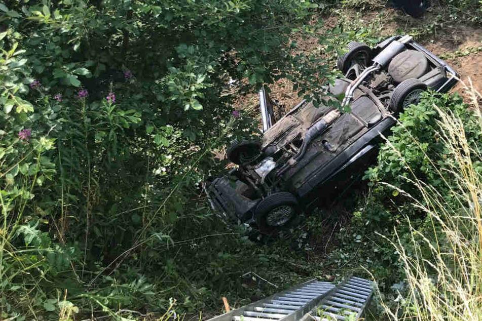 Der völlig zerstörte BMW kam weit abseits der Fahrbahn zum Liegen.