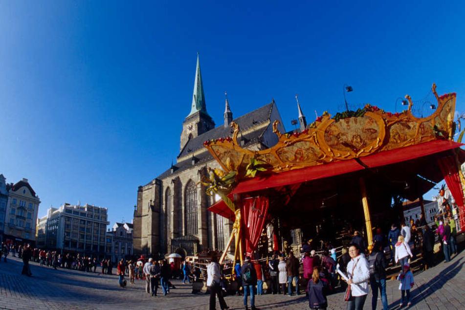 """Das französische Karussell """"Le Manège Carré Senart"""" steht auf dem Platz der Republik neben der St.-Bartholomäus-Kathedrale in Pilsen."""