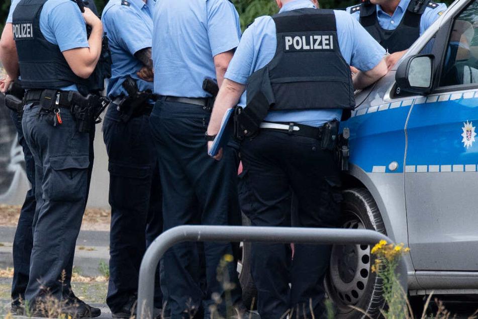 Polizisten bei einer Lagebesprechung in unmittelbarer Nähe des Blindgängers.