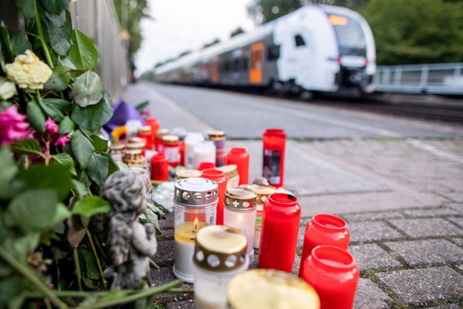 Blumen und Kerzen stehen an Gleis eins am Bahnhof Voerde.