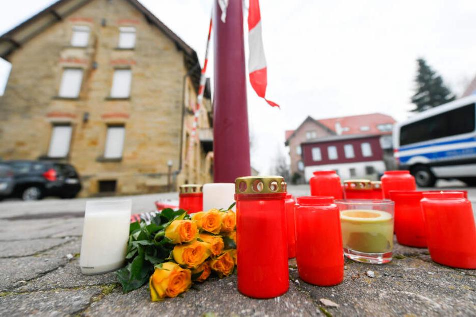 Am Tag nach den tödlichen Schüssen in Rot am See, bei dem sechs Menschen starben, liegen Blumen und Kerzen vor dem Tatort.