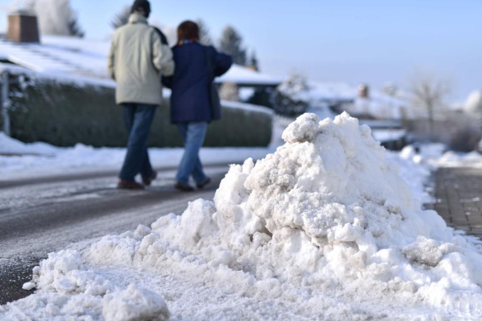 Grundstückseigentümer sind verpflichtet, Geh- und Radwege von Schnee und Eis zu befreien.