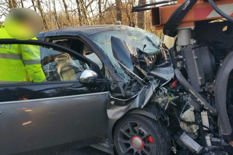 Zur Zeit dauern die Ermittlungen an, warum der 54-Jährige mit seinem Fiat Abarth auf das Mähfahrzeug gefahren ist.