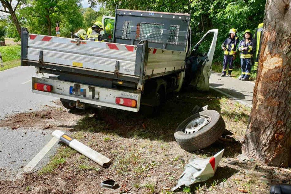 Transporter kommt von Fahrbahn ab und kracht gegen Baum