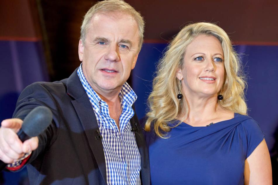 """Hubertus Meyer-Burckhardt und Barbara Schöneberger moderieren die """"NDR Talk Show""""."""