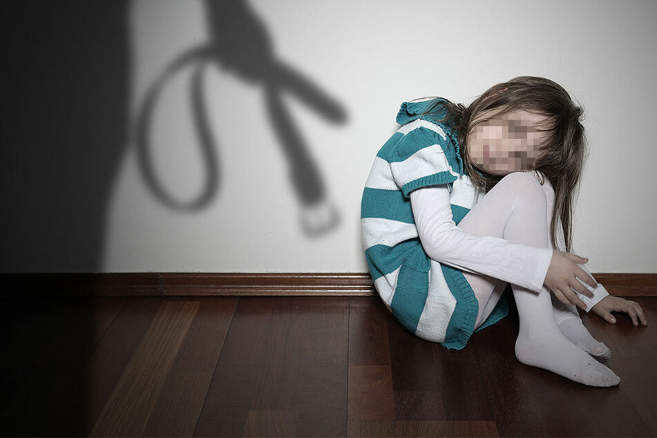 Der 47-jährige Familienvater soll seine Stieftochter über 50 Mal missbraucht haben. (Symbolbild)