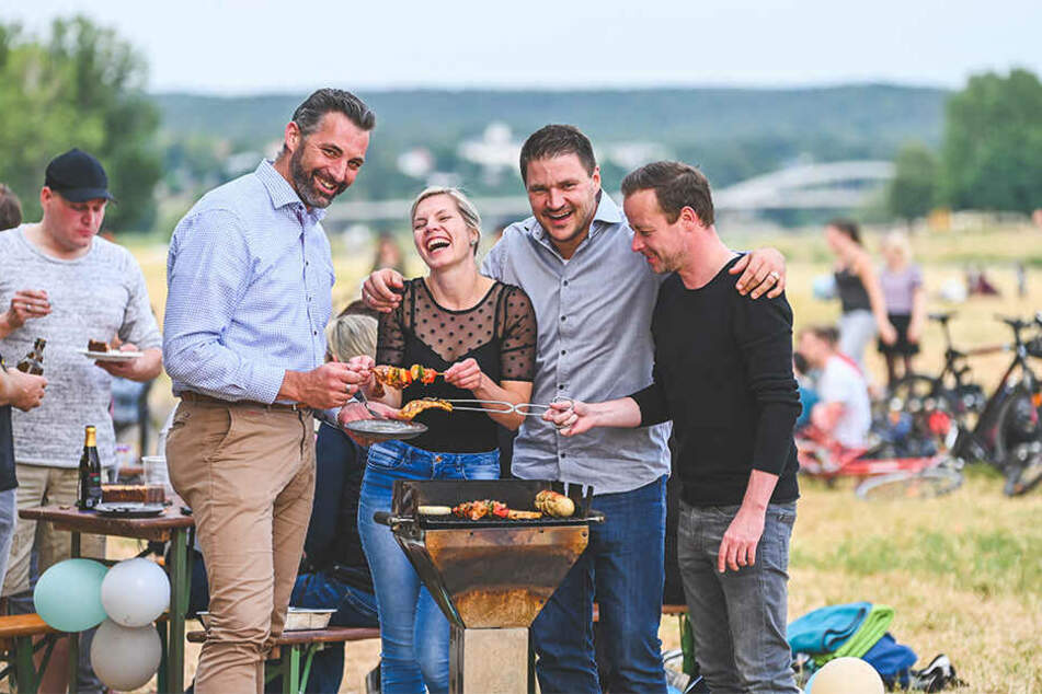 Der perfekte Sommerabend an der Elbe: Gerold (46), Hana (28), René (35) und Ronny (40) grillen unterm Rosengarten.