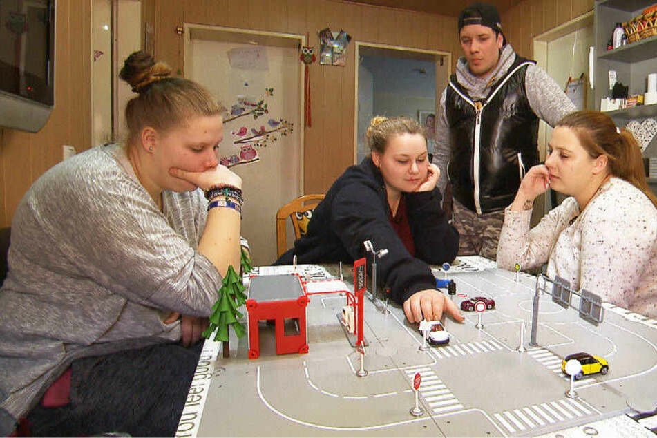 Lavinia, Sarah-Jane und Sarafina (l-r) büffeln mit Flo Führerschein-Theorie.
