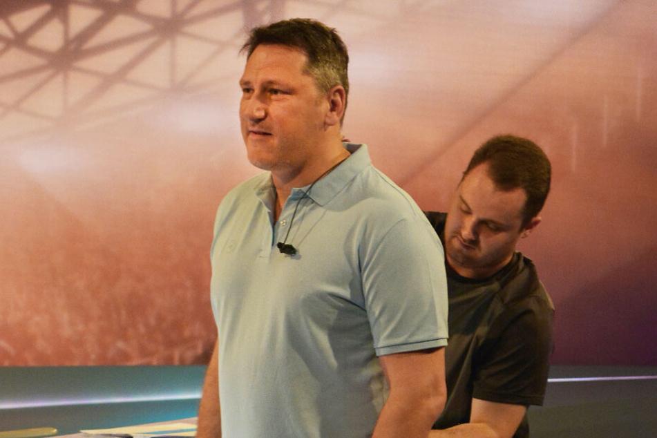 Moderator und Football-Experte Roman Motzkus (l.) wird für die Sendung verkabelt.