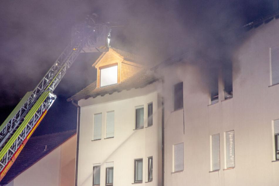 Ein Feuerwehrmann am Samstagabend auf einer Drehleiter.