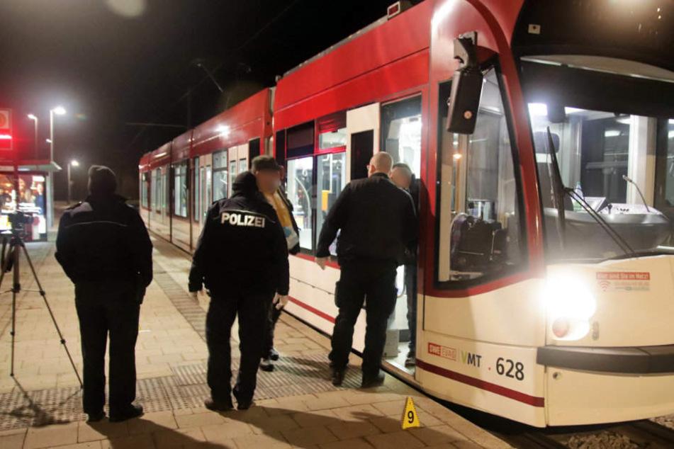 """Die Kriminalpolizei sicherte an der Endhaltestelle """"Zoopark"""" akribisch Spuren."""