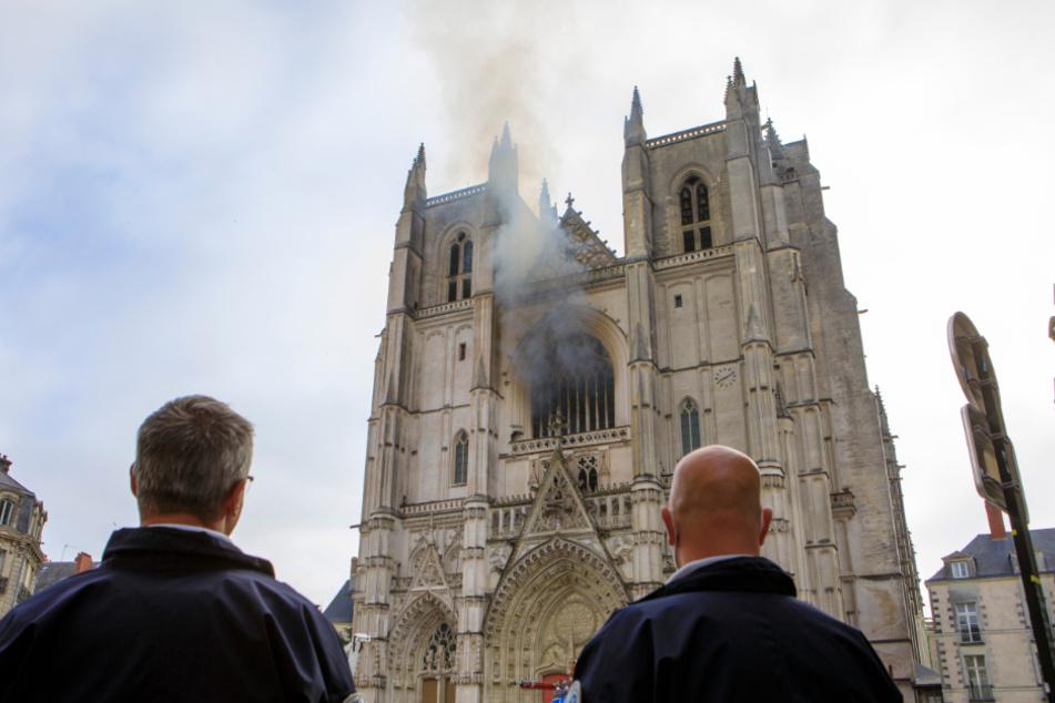 Polizisten stehen vor der brennenden Kathedrale im französischen Nantes.