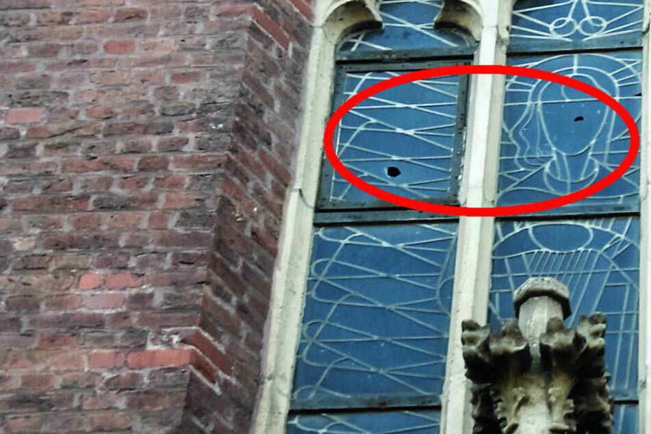 Kirche mehrfach während der Messe beschossen