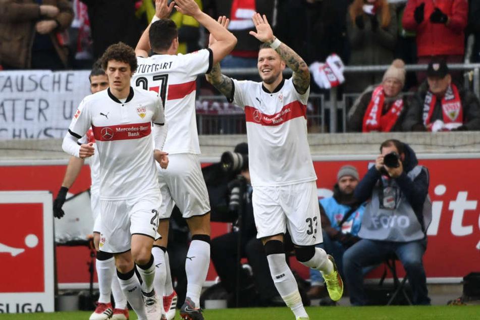 Stuttgarts Benjamin Pavard (l-r), Mario Gomez und Torschütze Daniel Ginczek bejubeln das Tor zum 1:0.