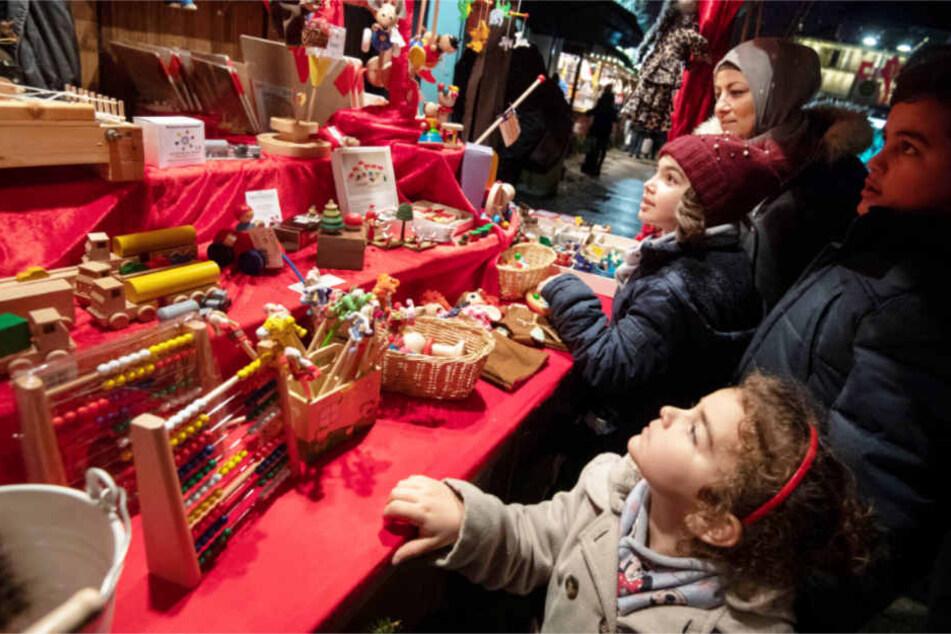 Eine muslimische Familie auf dem Stuttgarter Weihnachtsmarkt.