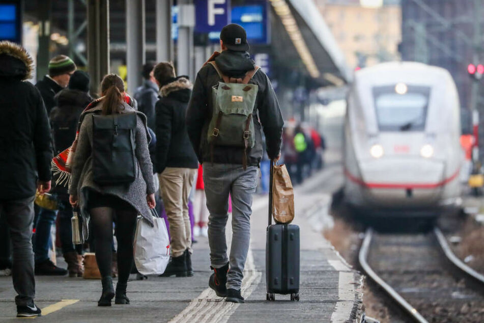 Wer Hilfe beim Einsteigen braucht, darf Bahn-Mitarbeiter um Hilfe bitten.