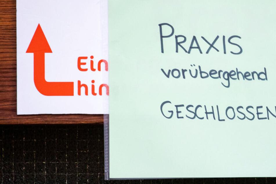 Das Foto zeigt die Tür einer geschlossenen Praxis für Logopädie in Würzburg.