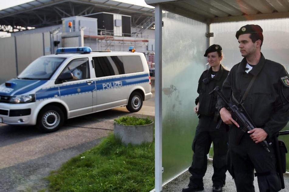Polizisten sichern das Oberlandesgericht in Düsseldorf. (Archivbild)