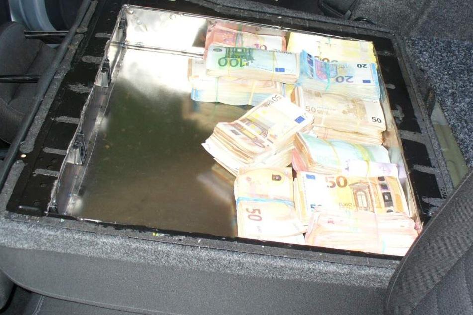 In den Rückenlehnen hatte der Mann das Geld versteckt.