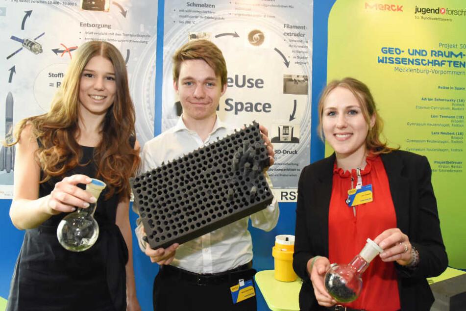 Lara Neubert (von links nach recht), Adrian Schorowsky und Leni Termann wollen Plastikmüll im Weltraum recyceln.