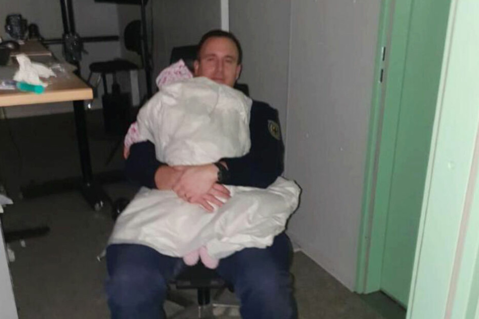 Das jüngste Kind ist ein Jahr alt und schläft im Arm eines Bundespolizisten.