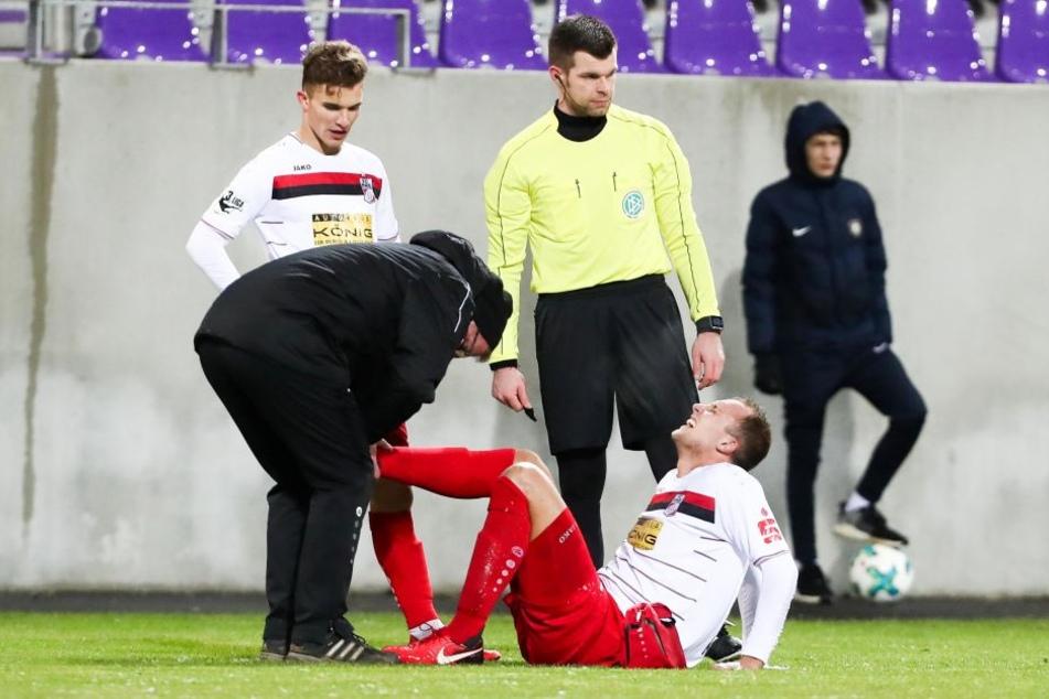 Tobias Kraulich verletzt am Boden.