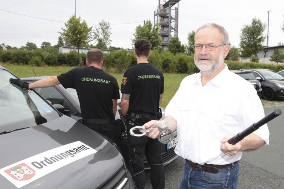Schlagstock und Handschellen: Ordnungsamtsleiter Wolfgang Helbig zeigt die  neue Ausrüstung des Plauener Vollzugsdienstes.