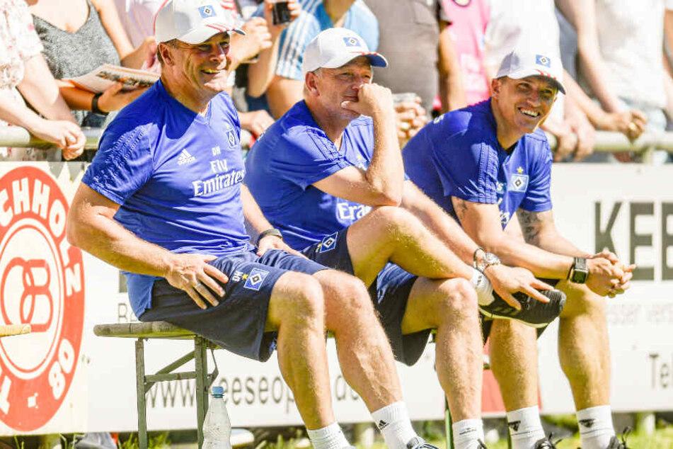 Drei Trainer auf der Bierbank: Dieter Hecking (von links nach recht), Dirk Bremser und Tobias Schweinsteiger beobachten das Testspiel TSV Buchholz gegen Hamburger SV.