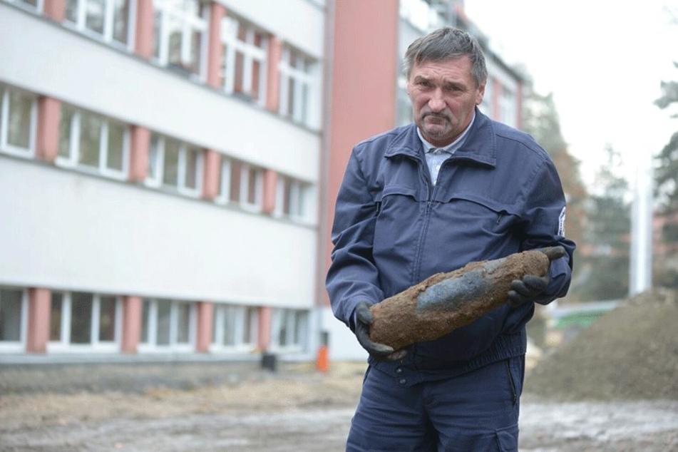 Hans-Peter Schmidt (58) vom Kampfmittelbeseitigungsdienst nahm die Granate mit.