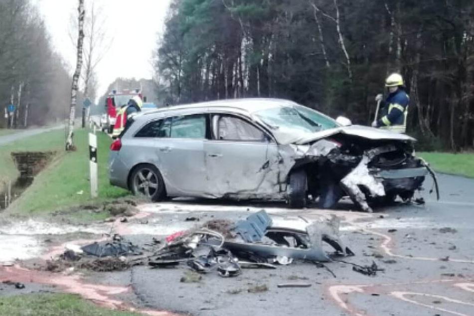 Frau verliert Kontrolle über ihr Auto und kracht gegen Grabenmauer