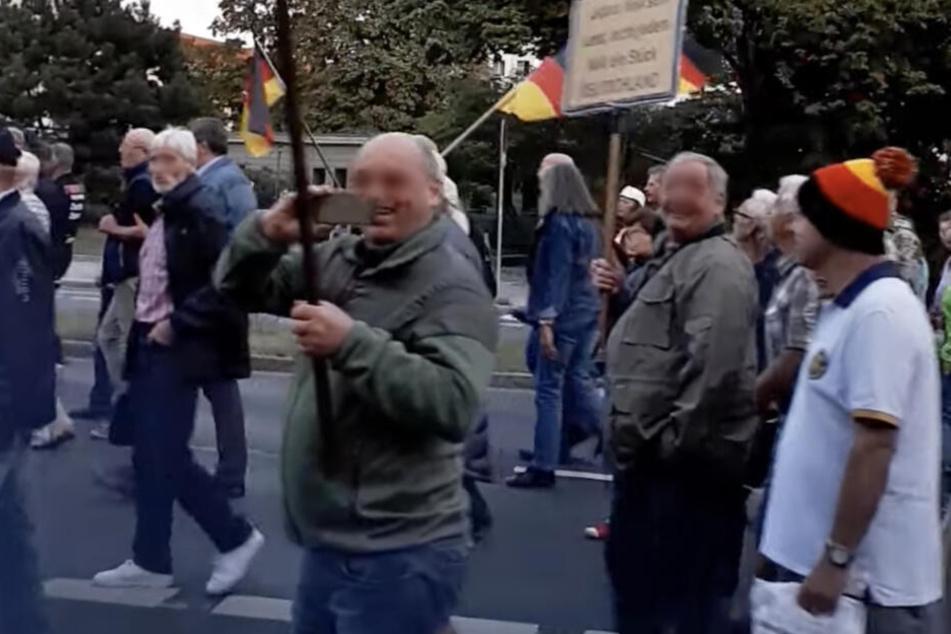 Auf der Demo sieht man großteils ältere Menschen, vorrangig Männer.