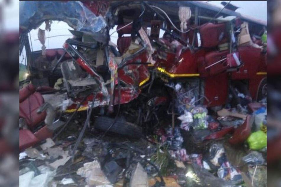 Das Bild zeigt einen der beiden Busse: Dieser ist bei dem Zusammenstoß völlig zerstört worden.