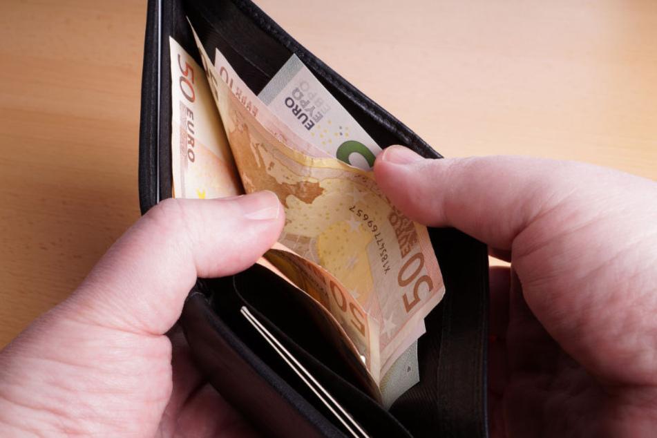 Immer wieder zahlte das Opfer die geforderten Summen an den Tatverdächtigen (Symbolfoto).