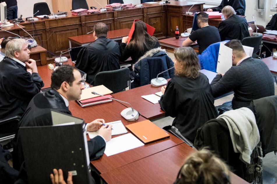 Die Angeklagten, ihre gesetzlichen Vertreter und Anwälte im Gerichtssaal.