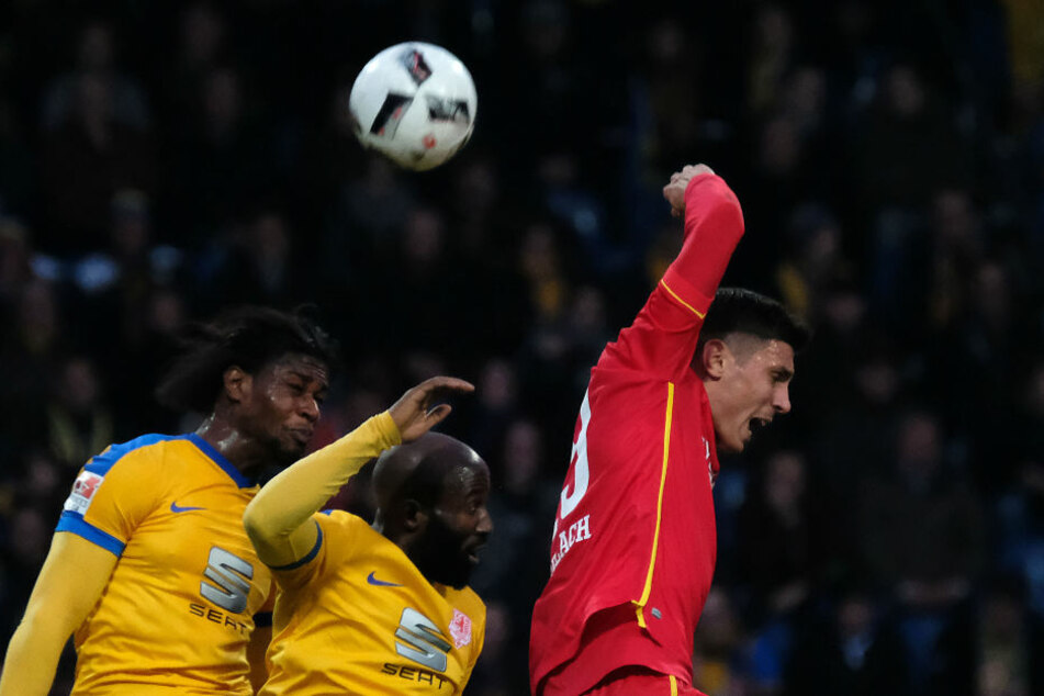 Braunschweigs Joseph Baffo (v. l.) und Domi  Kumbela und Berlin Damir Kreilach kämpfen um den Ball.